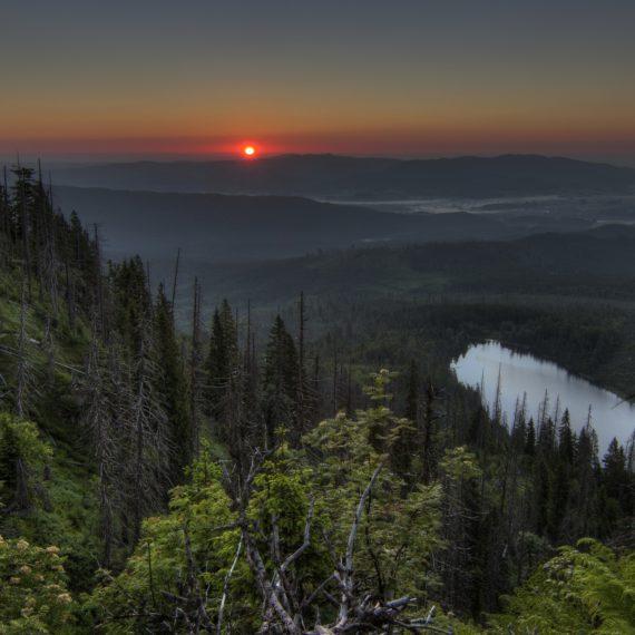 Svítání nad Plešným jezerem